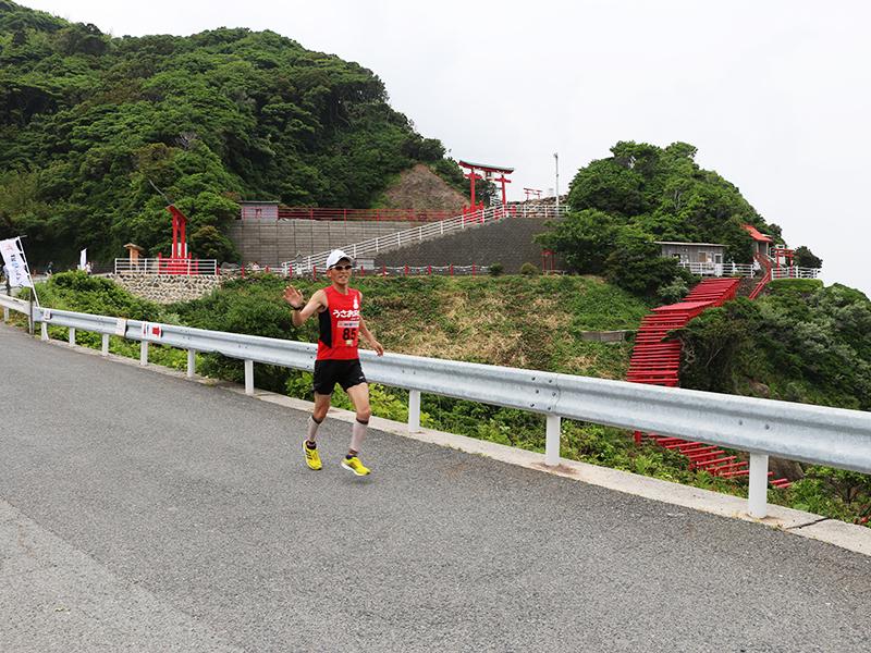 元乃隅稲成神社を走るランナー